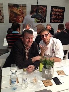 Kotipizza tuotekehityksen johtaja Hessu Sikström ideoimassa Risto Mikkolan kanssa.